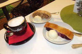 Кофе, кошки и Мандельштам – питерский полюс, чай, собаки и Пастернак – московский.
